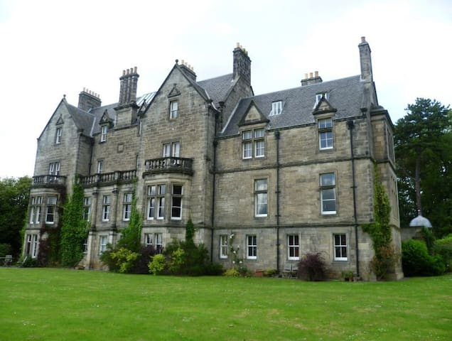 Enchanting Turret Apartment, Pitreavie Castle - Dunfermline - Pis
