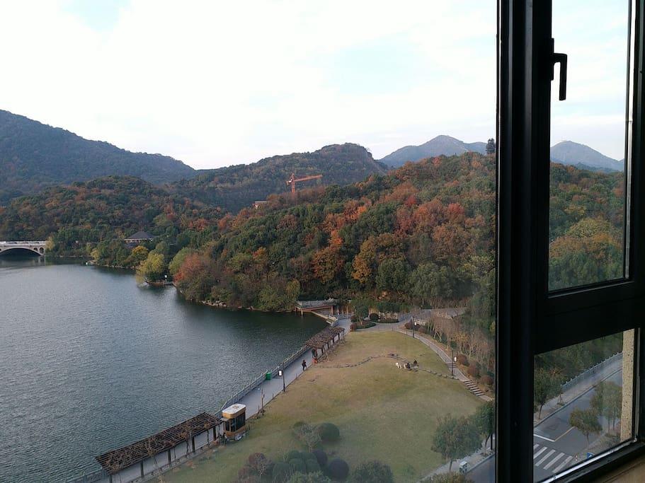 公寓窗外湖光山色