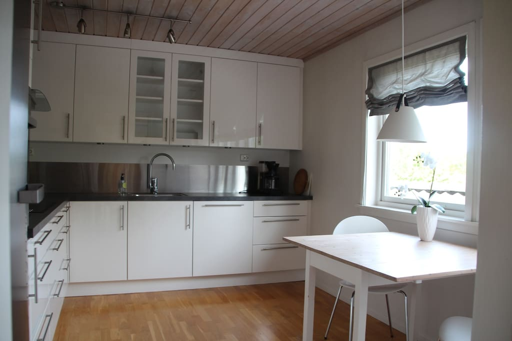 Nytt Strai kjøkken fra 2009 med oppvaskmaskin, stekeovn, induksjonstopp og kjøleskap. (fryseboks finnes i første etasje)