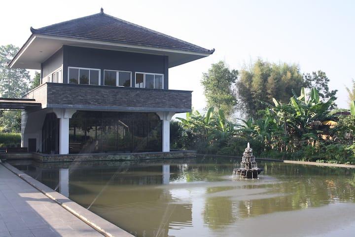 A peaceful villa with private paddy field Sukabumi