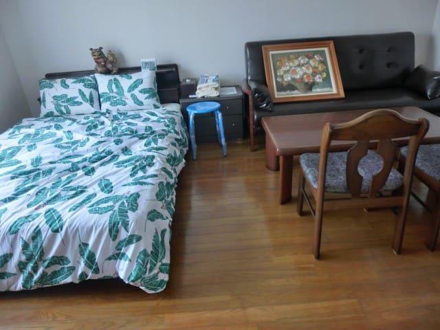 ダブルベッド  ソファーベット各1設置   43インチテレビ設置