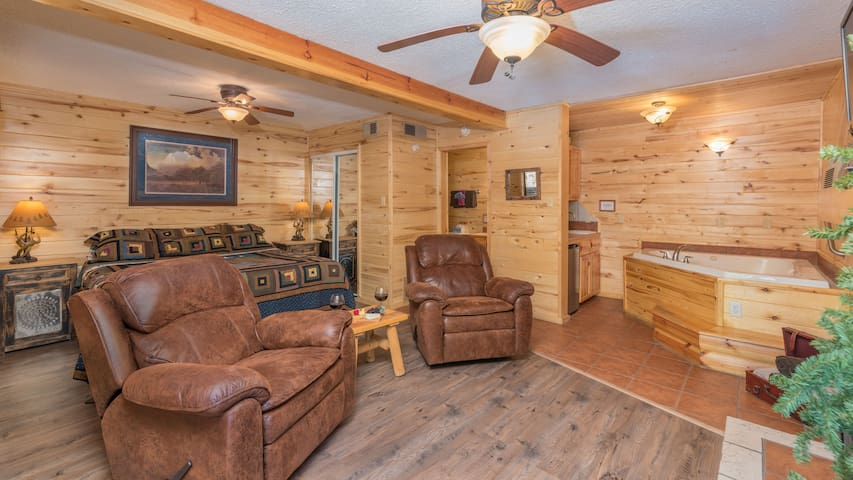 "Upper Canyon Inn & Cabins - ""Lodge 4"" - Romantic Whirlpool Suite with Fireplace"
