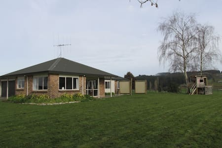 Valley View Farmstay - Old English Room - Te Kuiti - House