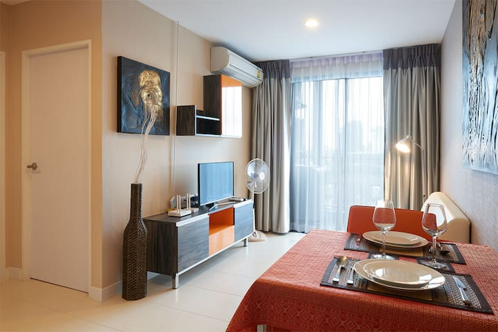 Comfy home with WiFi- Pool & Gym- 5min Walk to BTS