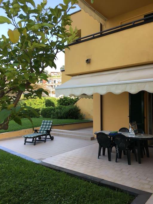 L'appartamento ha 3 ampie terrazze e giardino con sole fino a tarda sera.  Tavolo e sedie per pranzare e cenare in terrazza.
