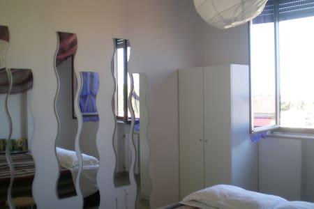 Camera luminosa con vista sui tetti di Bologna - Appartement