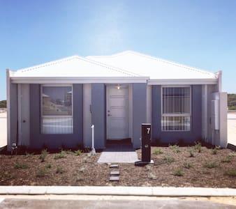 1 bd in new home close to the beach - Alkimos - Casa