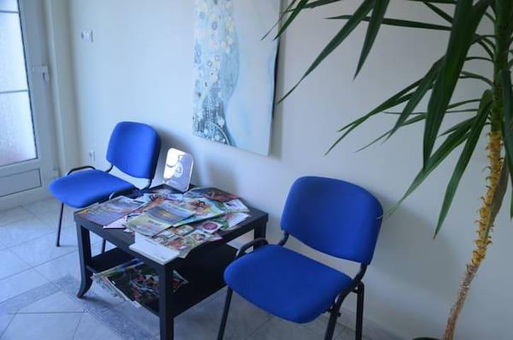 Холл перед апартаментом 1 и 2, на столе Вы найдете рекламную продукцию о термалях, ресторанах, массажистах и прочем.