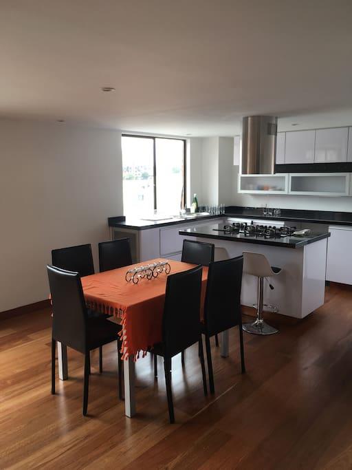 La cocina es abierta y se junta con el comedor en un espacio muy amplio y cómodo para cocinar.