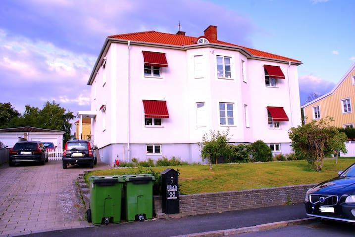 Här ligger Torpas Airbnb. Entre på husets vänstra sida. In genom den vita grinden och ner till höger i källartrappen.