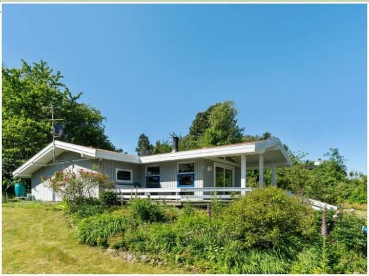Højtliggende villa nær vandet i naturskønne omgiv.