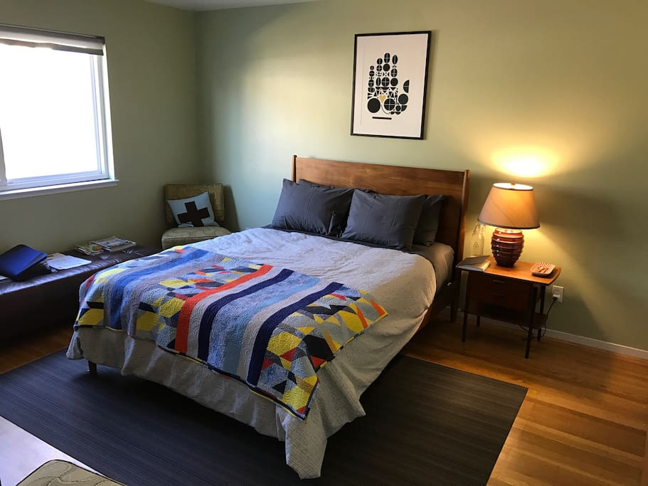 Queen size bed with 4 pillows.  We do have an Aerobed, we can pull out and inflate for additional guests that might want to stay with you.