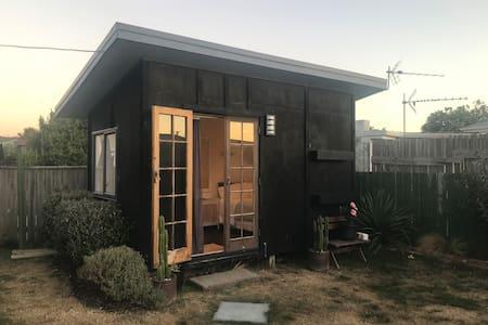 Sunny private cabin in Petone