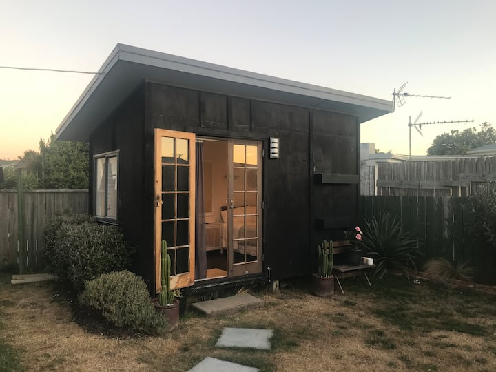 Sunny private cabin in Petone