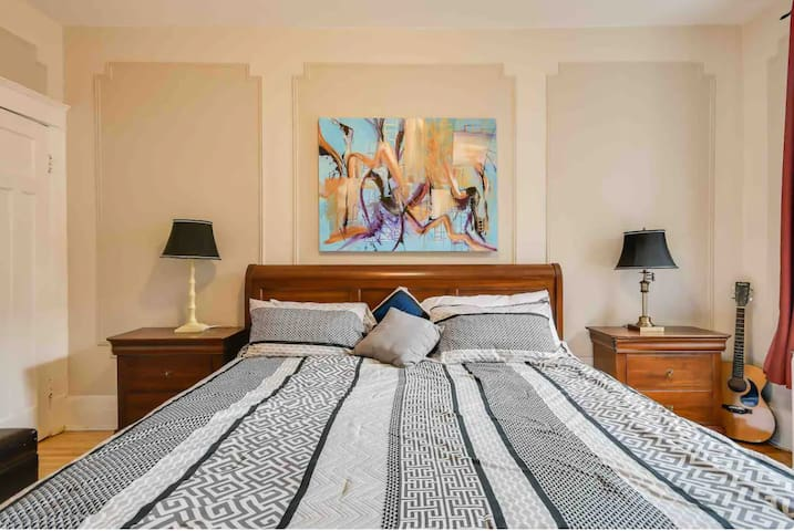 Sunny & Spacious  Guestroom (King Bed)