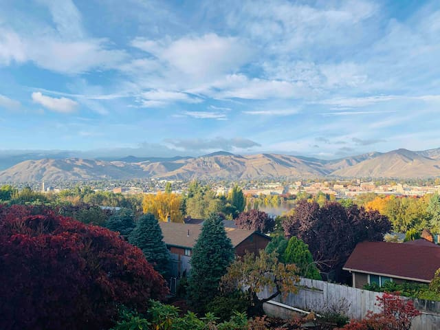 Entire home with Gorgeous Views (Pet Friendly)