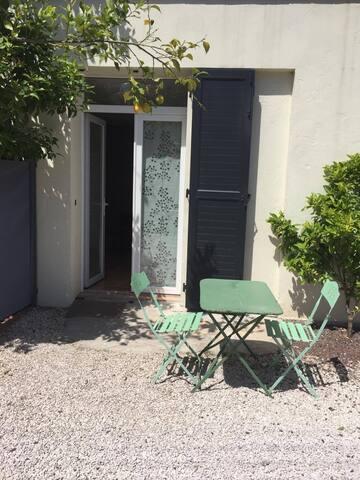 Jolie studio meublé pour 2 personnes avec terrasse