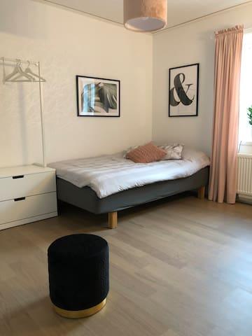 Sovrum med 120cm-säng och sminkbord