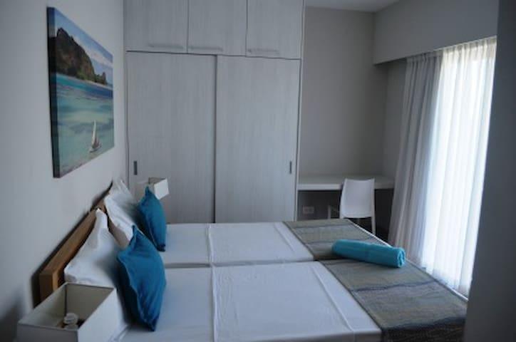 Chambre 3 + salle d'eau + 1 terrasse privée