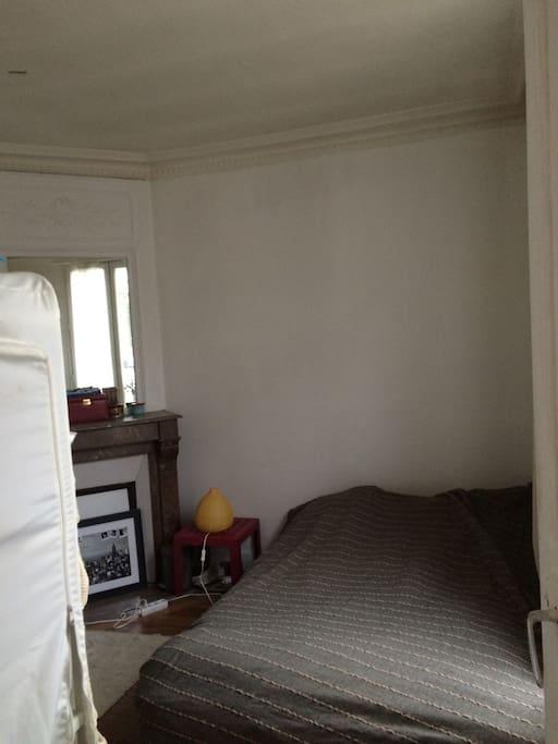 Chambre à coucher avec cheminée (décorative)
