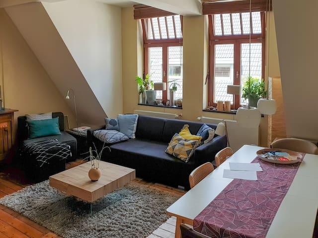 Am ausziehbaren Esstisch im Wohnzimmer finden bequem sechs Personen Platz.