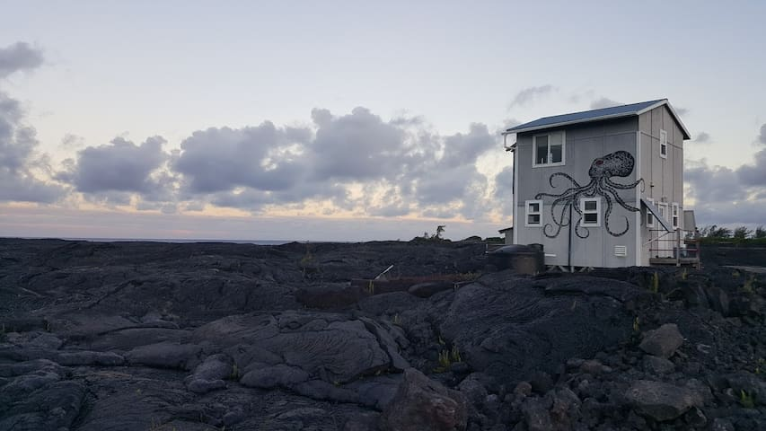 Lavapus House Sustainable &off-grid, lava viewing!