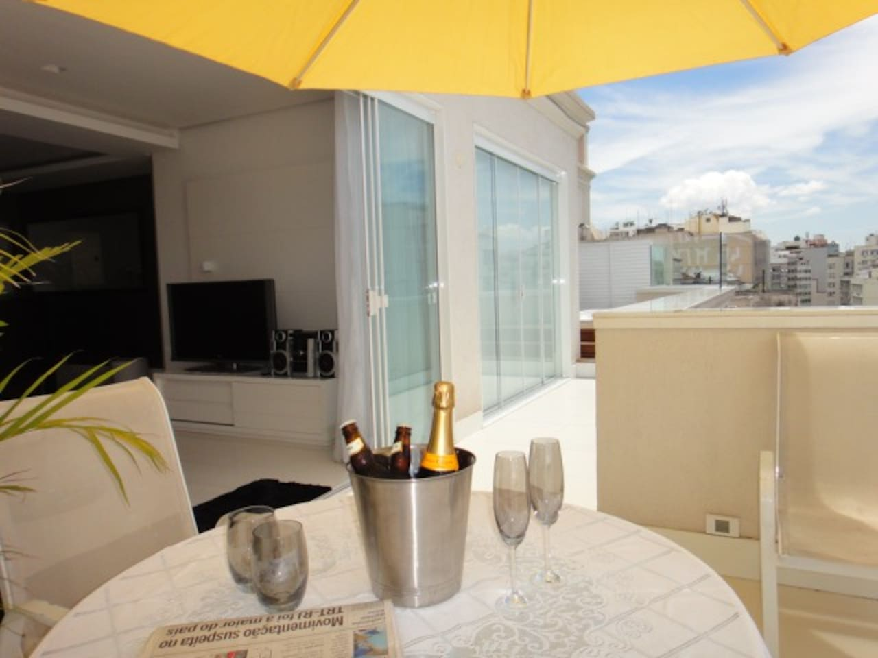 A luxury Penthouse in fashionable Ipanema Beach enjoy life from the private Jacuzzi.  Ipanema beach and Copacabana Beach, a few minutes walk on the same street. Shops, bars and restaurants all located within a minute stroll.