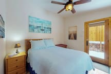 Large cabin with jetted tub, close to the gazebo/town plaza & hiking trails