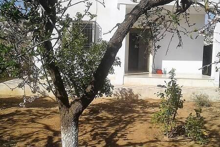 Chambre privée dans petite villa avec jardin
