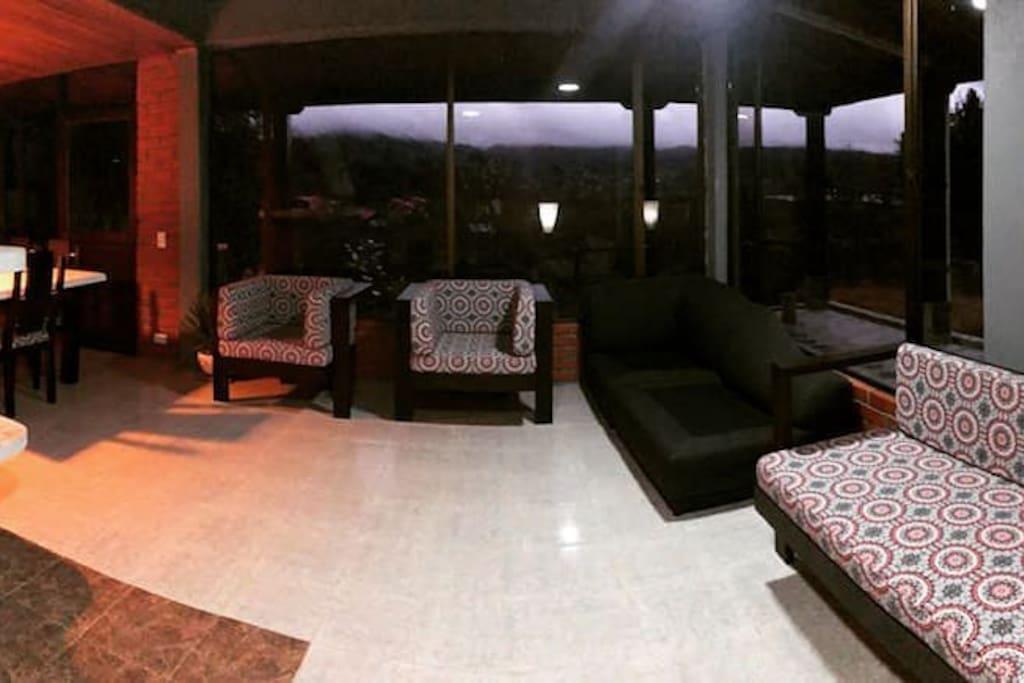 La cabaña te ofrece dos salas amplias