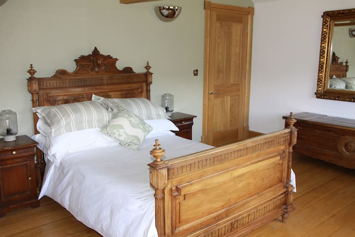 en suite room in beautiful surrounds - Halifax - House