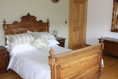 en suite room in beautiful surrounds - Halifax