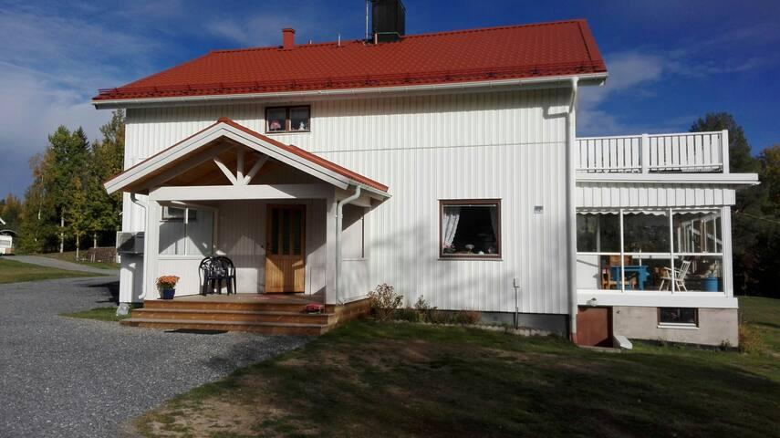 Huvudbyggnad för permanent boende. Gästerna får tillgång till nedrevåningen.