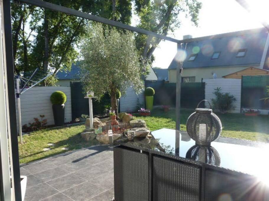 le jardin clôturé et ensoleillé