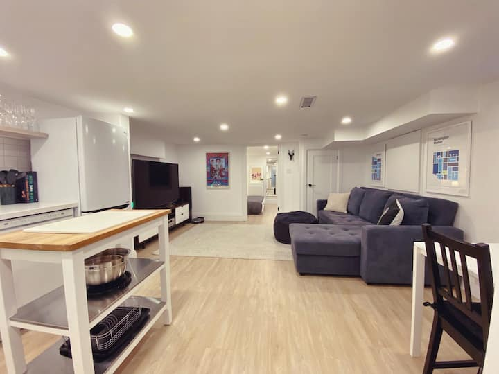 Newly Reno'd Modern Suite By Subway w/Free Parking
