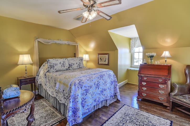 Sunny Queen Room with Gourmet Breakfast - Cedars B&B