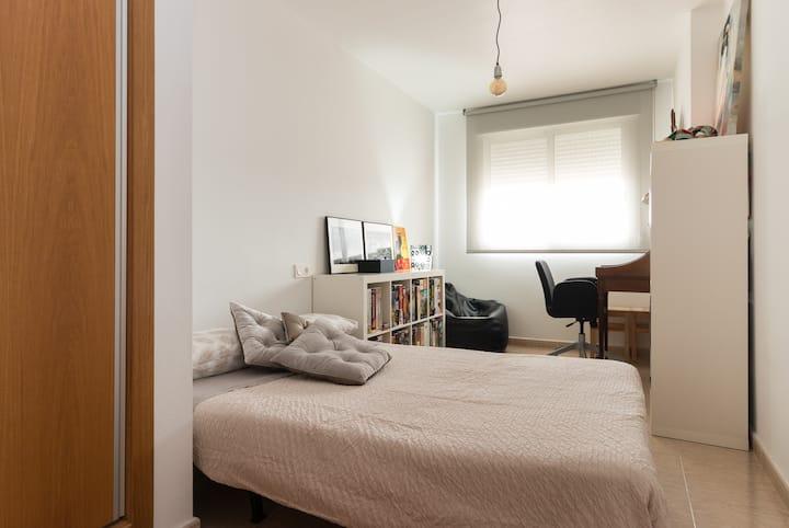 Habitación amplia privada y aseo de uso exclusivo