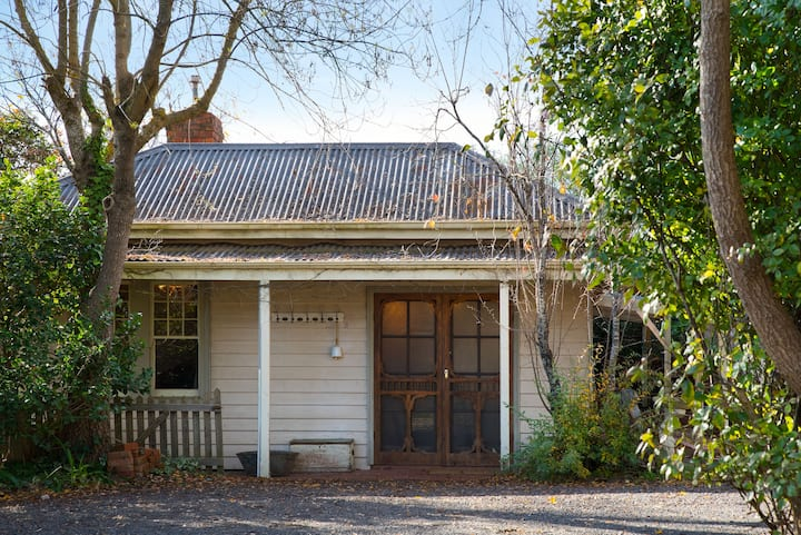 Rosey Knoll Cottage 4 bedrooms with outdoor fire.