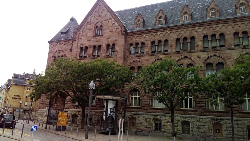 ancienne poste centrale - monument classé- en face de l'appartement