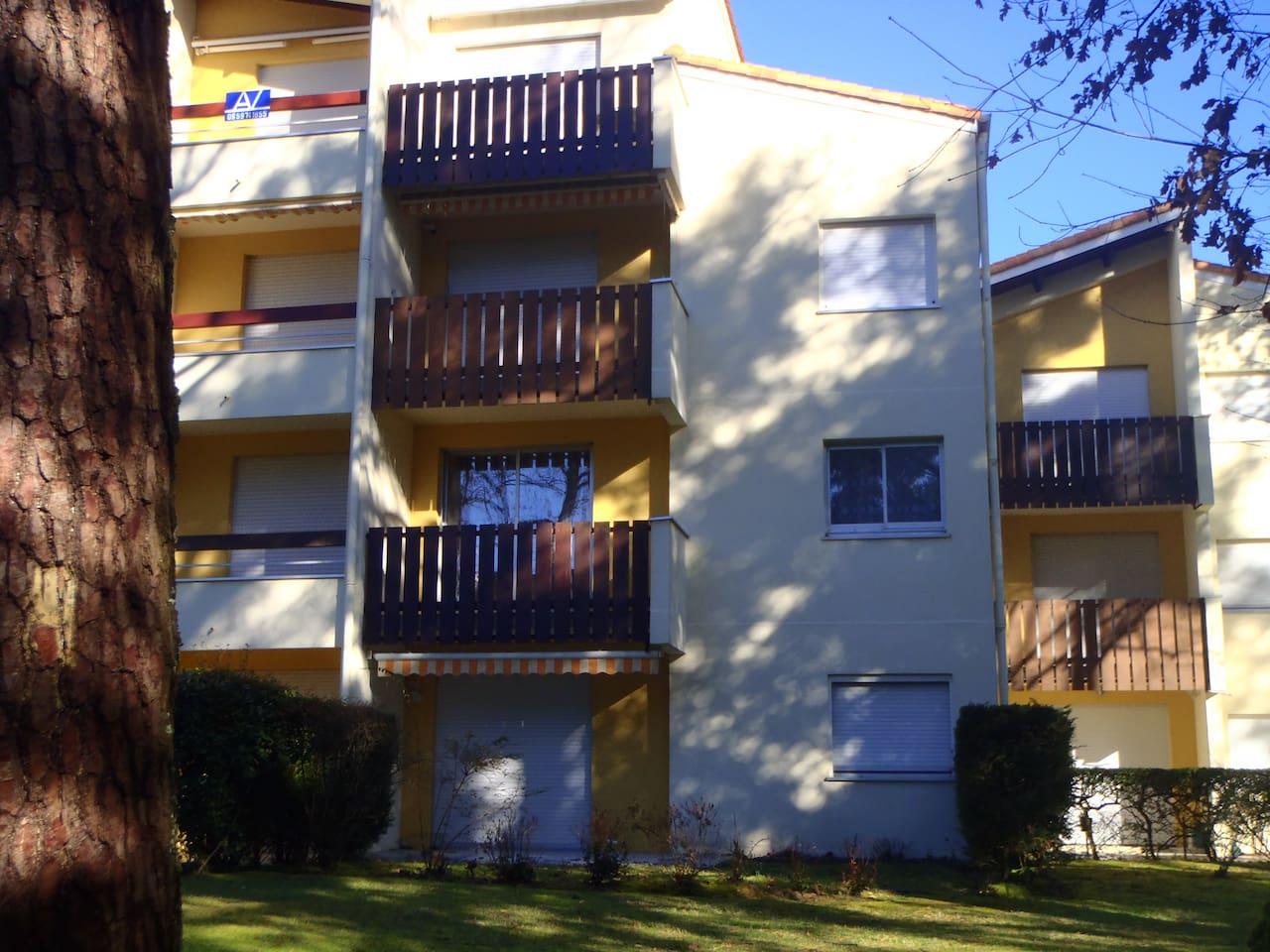 Vus de l'immeuble extérieur. L'appartement se situe au premier étage.