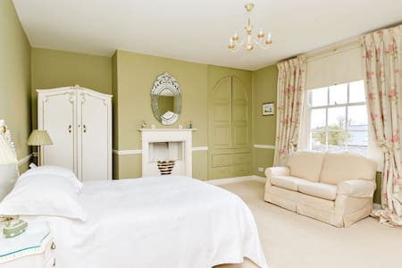 Kingsized room in Georgian home - Kirby Muxloe - Bed & Breakfast