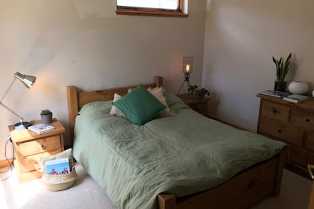 Double bedroom with shower ensuite in Retro House