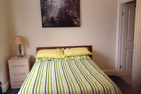 1 x DOUBLE EN-SUITE  ROOM 6 - Birkenhead