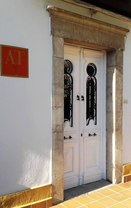 Puerta de entrada a los apartamentos