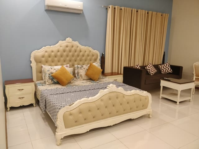 "5 Star Master 1BHK+Wifi+Netflix. ""The Kings Court"""