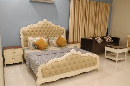 """5 Star Master 1BHK+Wifi+Netflix. """"The Kings Court"""""""