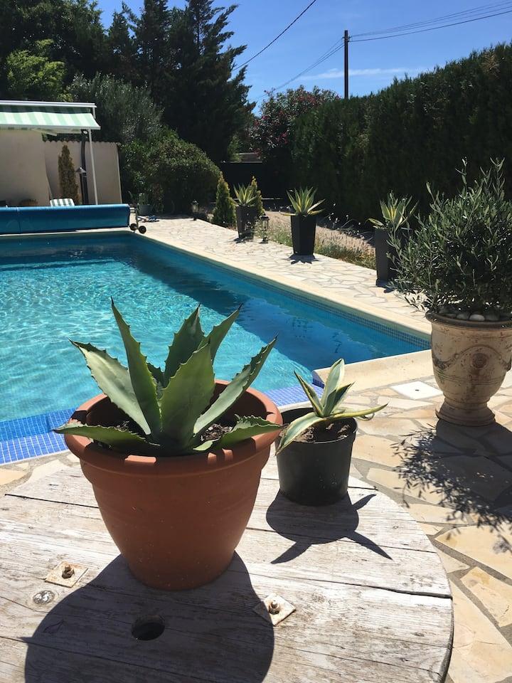 Chambre dans agréable maison avec piscine