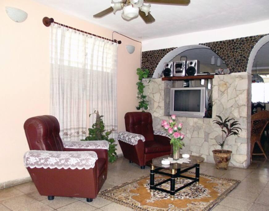 En la sala de estar podrá compartir con amigos  familiares y amenizar el ambiente con su musica favorita.