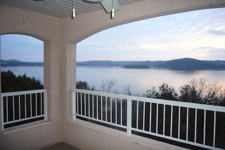 **Table Rock lakefront Condo-near Branson** - Hollister
