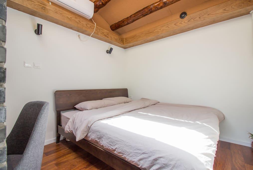 C房间,拥有超大的天窗,1.8的超大双人床,以及衣柜空间和写字台